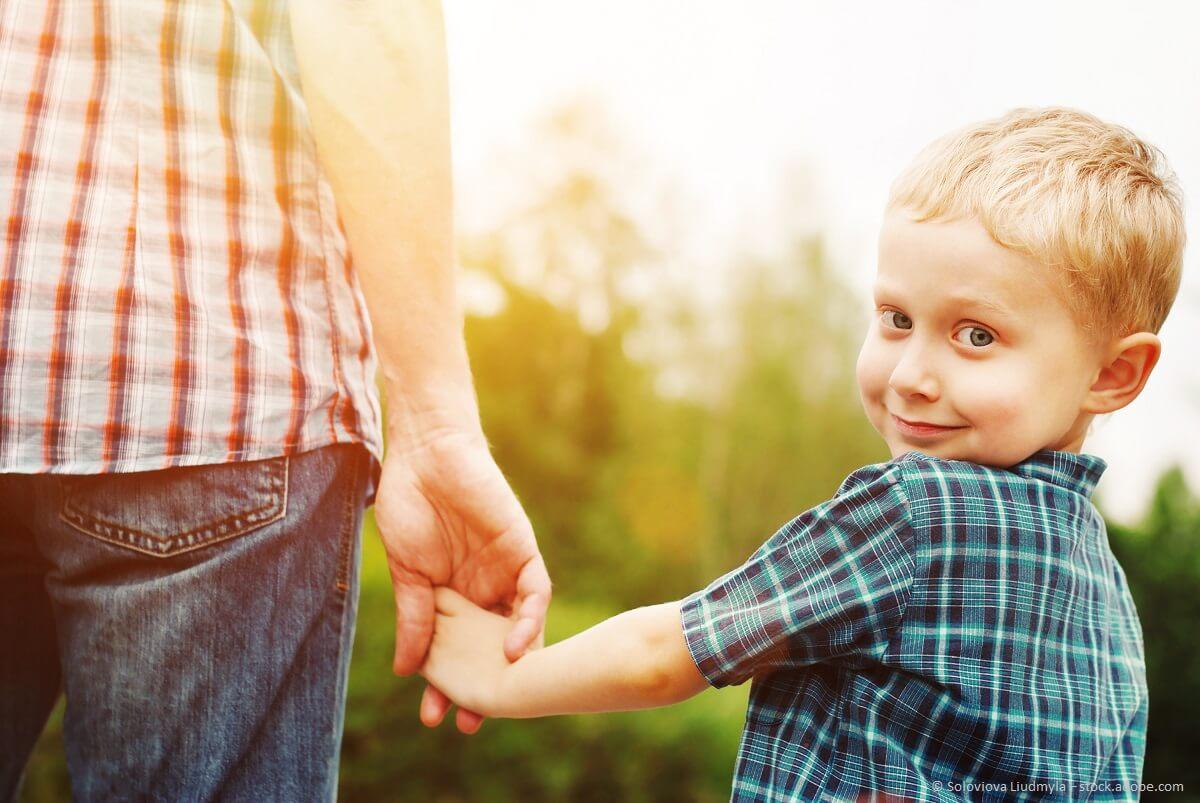 Kinder an der Hand nehmen - symbolisch mit einer Unterstützung von Kinderhilfswerken